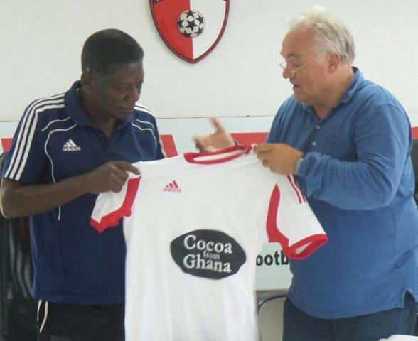 The late coach Sam Arday receiving his jersey from Cocoa Ghana