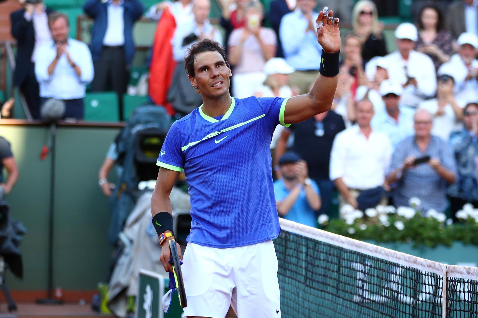 Rafael Nadal salutes crowd after beaten Dominic Thiem