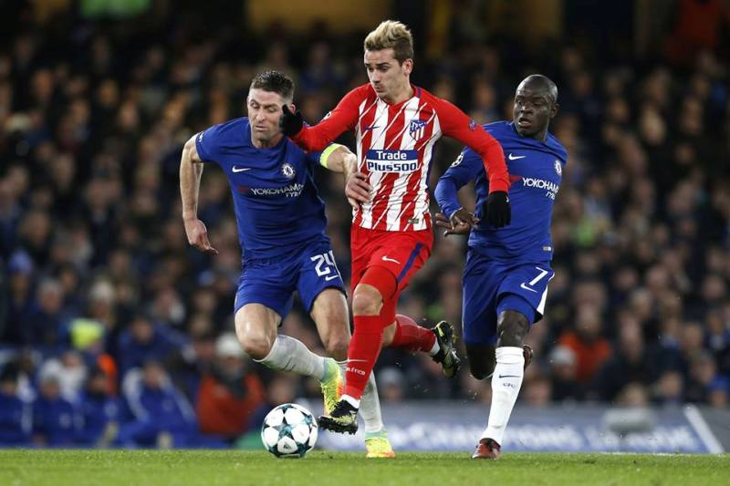 Griezmann being chased by Chelsea's Kante and Cahill