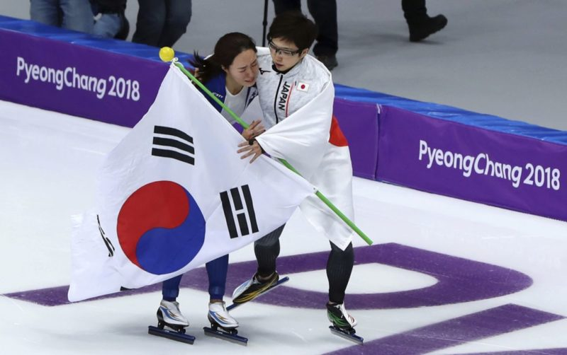 Nao Kodaira being consoled by Lee Sang-Wha