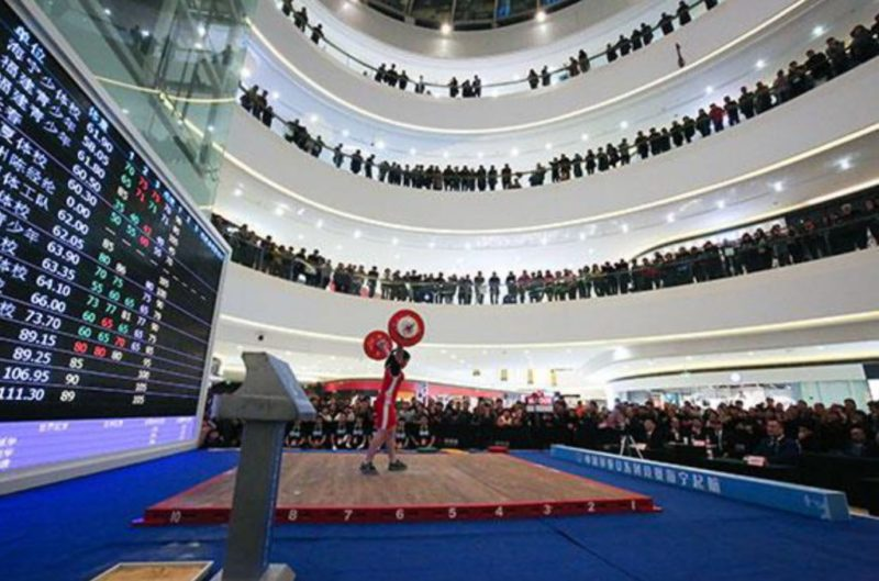 China holds Weightlifting Championship in a Shopping Mall