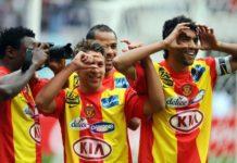 Esperance de Tunis striker Michael Eneramo (L) takes photo with his teammates
