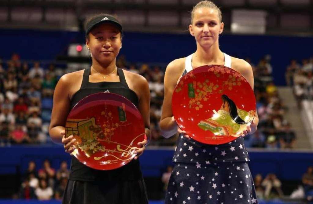 Naomi Osaka [left] and Karolina Pliskova pose for the cameras