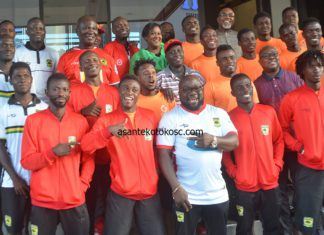 Players of Asante Kotoko poses with Ghana's High Commissioner in Kenya