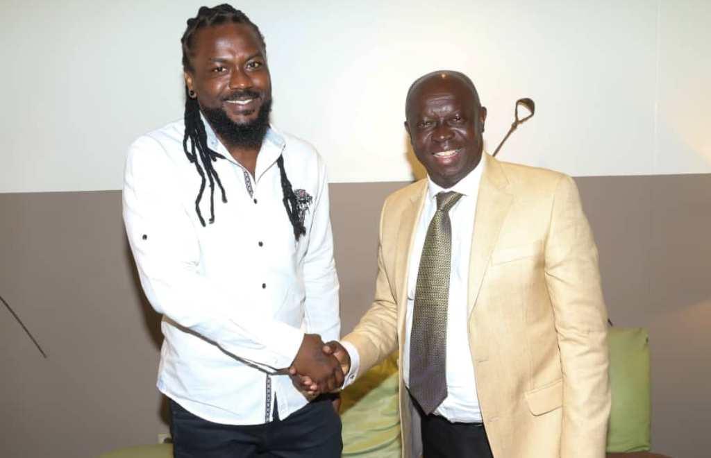 Kwabena Yeboah [right] sharing pleasantories with Samini